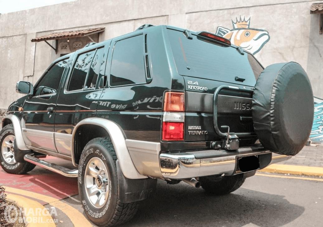 Gambar ini menunjukkan bagian belakang mobil Nissan Terrano Kingsroad 2000