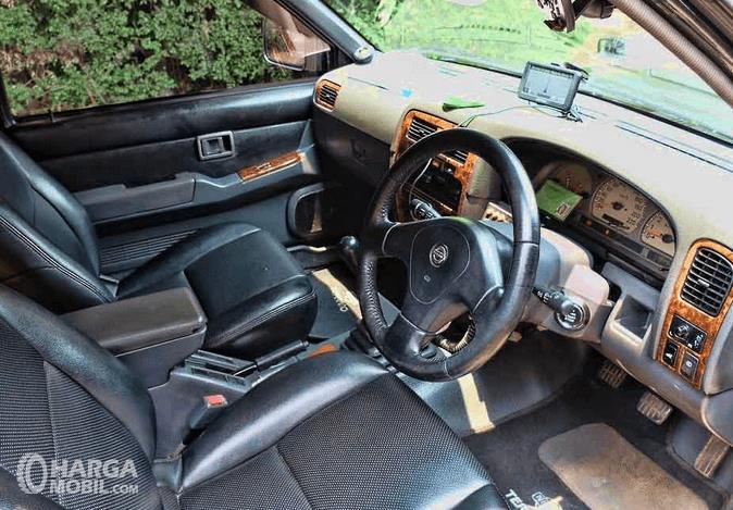Gambar ini menunjukkan bagian dashboard mobil Nissan Terrano Kingsroad 2000
