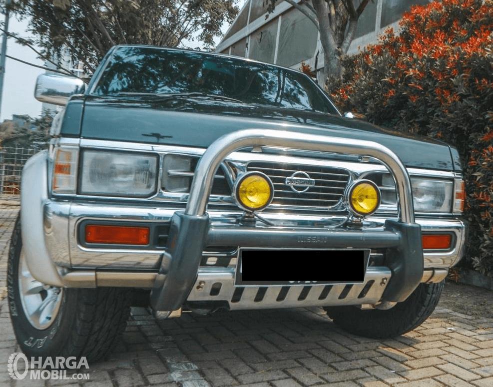 Gambar ini menunjukkan bagian depan mobil Nissan Terrano Kingsroad 2000