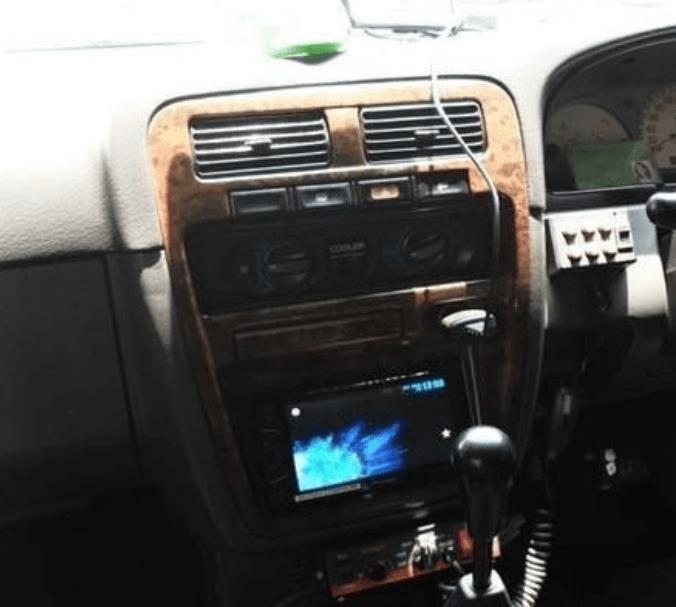 Gambar ini menunjukkan head unit Nissan Terrano Kingsroad 2000