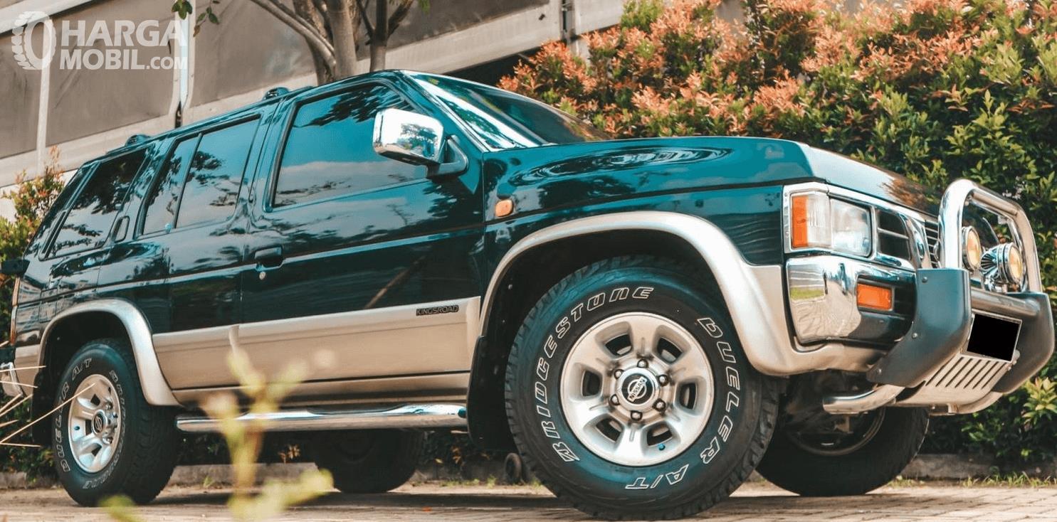Gambar ini menunjukkan bagian samping mobil Nissan Terrano Kingsroad 2000