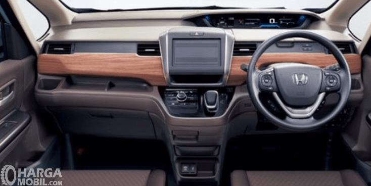 Gambar ini menunjukkan dashboard mobil Honda Freed Crosstar 202