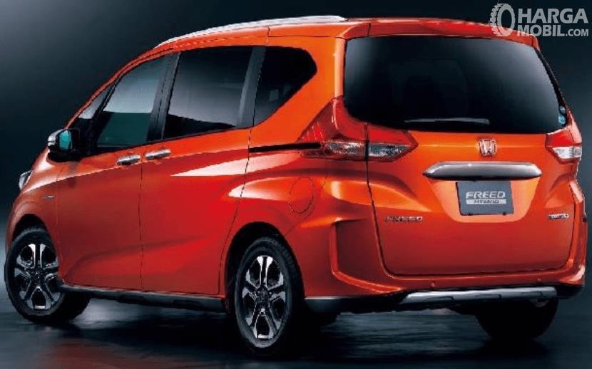 Gambar ini menunjukkan bagian belakang mobil Honda Freed Crosstar 202