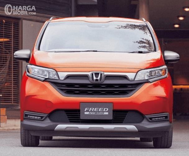 Gambar ini menunjukkan bagian depan mobil Honda Freed Crosstar 202