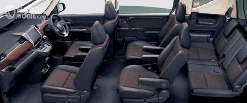 Gambar ini menunjukkan interior mobil Honda Freed Crosstar 202