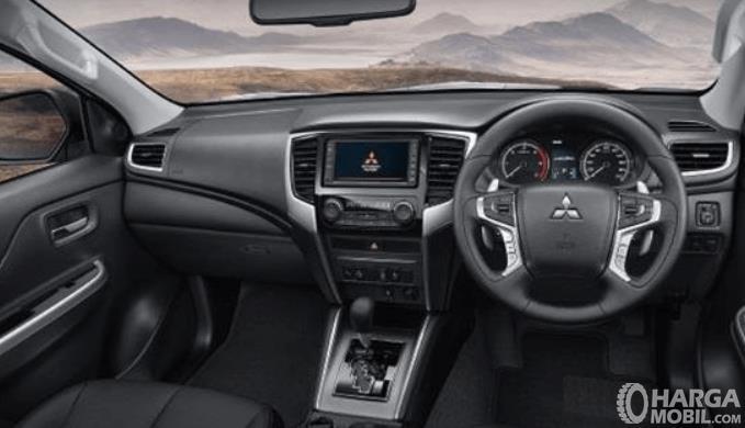 Gambar ini menunjukkan dashboard dan kemudi mobil Mitsubishi Triton Absolute 2019