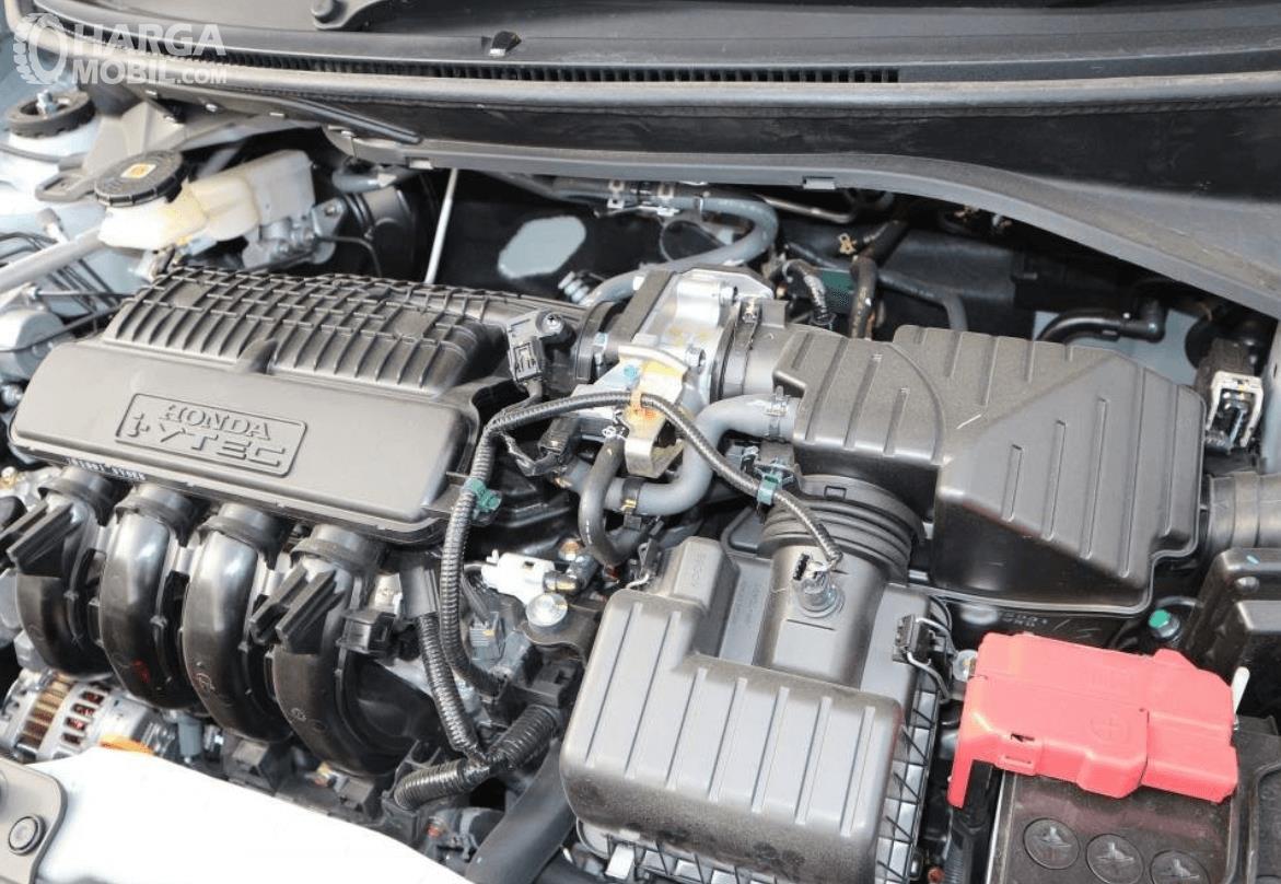 Gambar ini menunjukkan mesin mobil Honda Brio