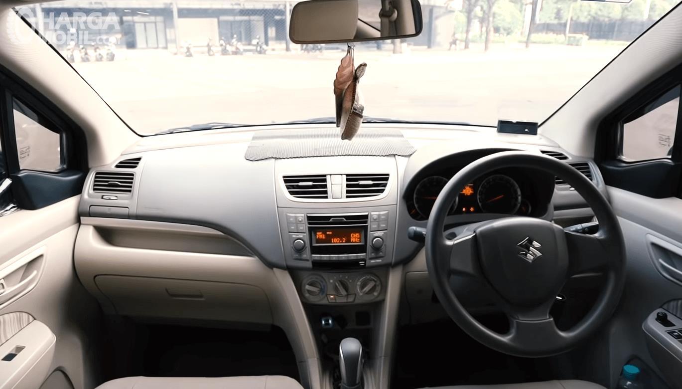 Gambar ini menunjukkan dashboard mobil Suzuki Ertiga GL AT 2016