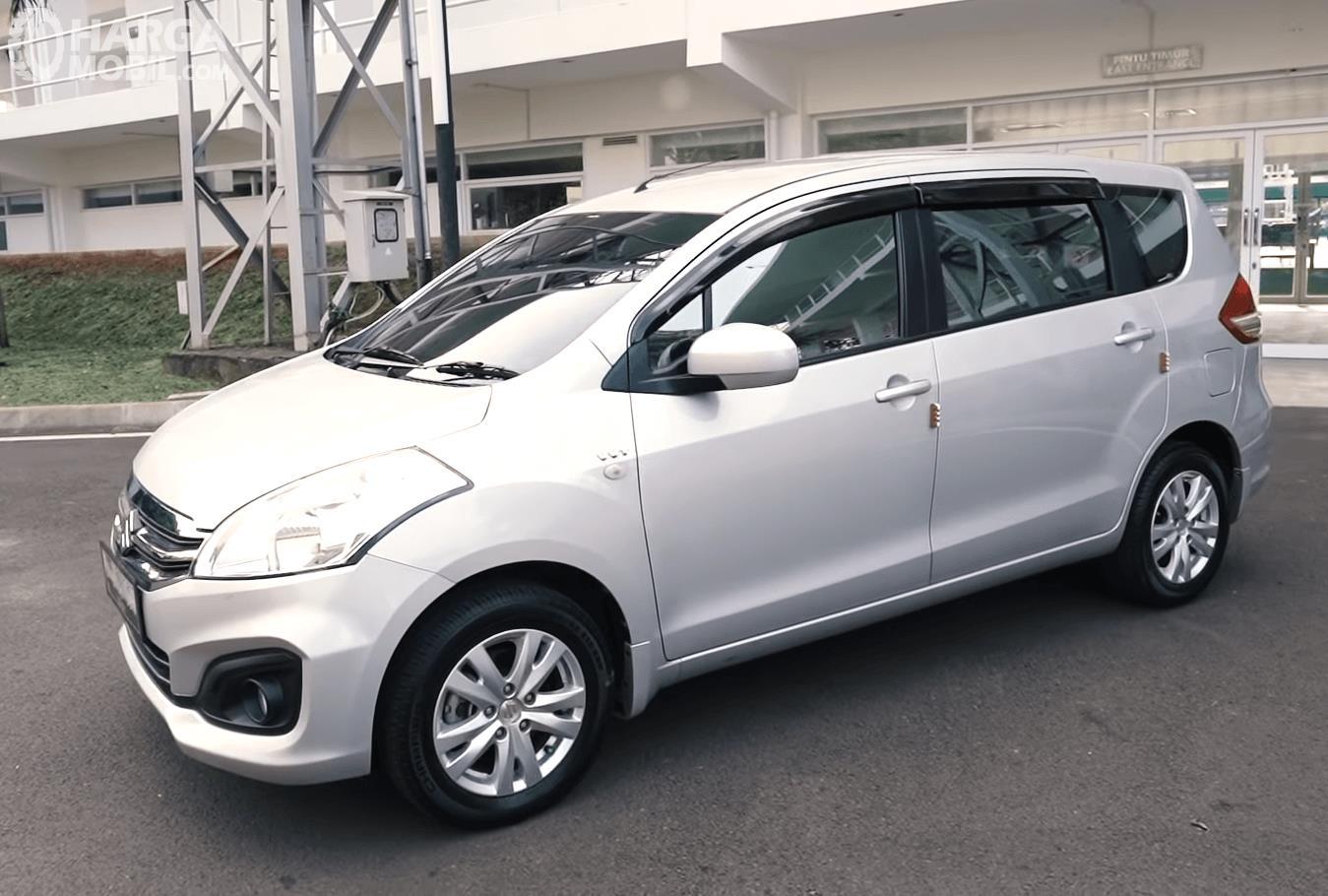 Gambar ini menunjukkan bagian samping mobil Suzuki Ertiga GL AT 2016 warna putih