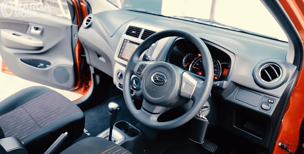 Gambnar ini menunjukkan bagian dashboard dan kemudi mobil Daihatsu Ayla 1.2 R AT Deluxe 2017