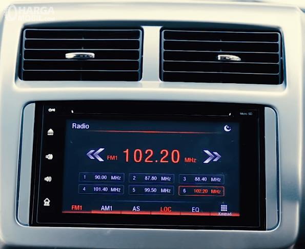 Gambar ini menunjukkan head unit mobil Daihatsu Ayla 1.2 R AT Deluxe 2017