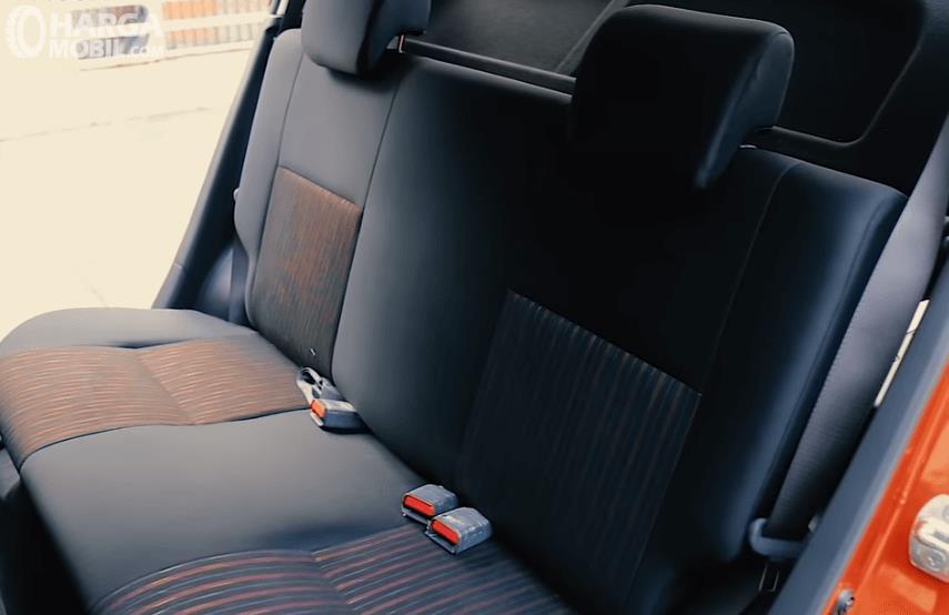 Gambar ini menunjukkan jok mobil baris kedua Daihatsu Ayla 1.2 R AT Deluxe 2017