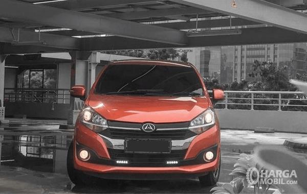 Gambar ini menunjukkan bagian depan mobil Daihatsu Ayla 1.2 R AT Deluxe 2017
