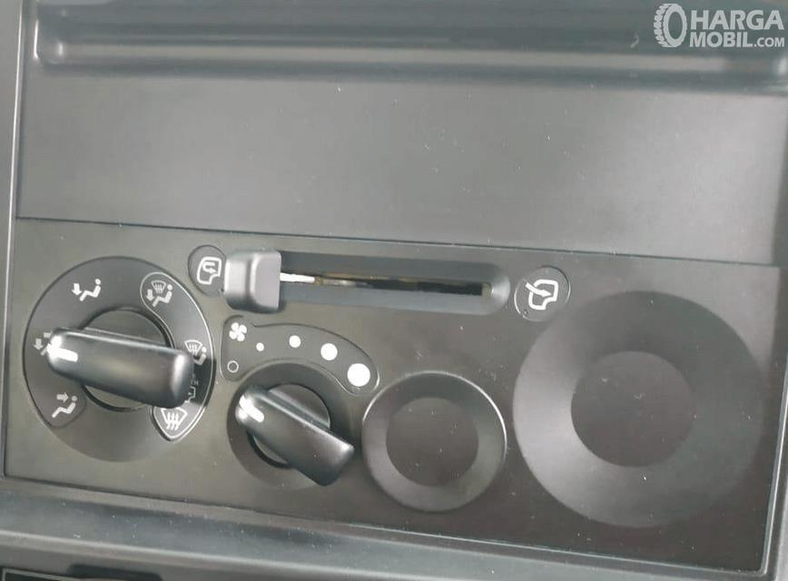Gambar ini menunjukkan pengatur blower pada mobil New Isuzu Giga Tractor Head GXZ 60 K ABS 2019