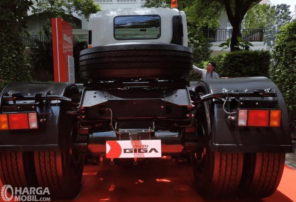 Gambar ini menunjukkan bagian belakang mobil New Isuzu Giga Tractor Head GXZ 60 K ABS 2019