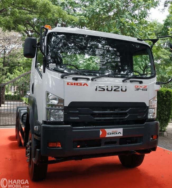 Gambar ini menunjukkan bagian depan mobil New Isuzu Giga Tractor Head GXZ 60 K ABS 2019