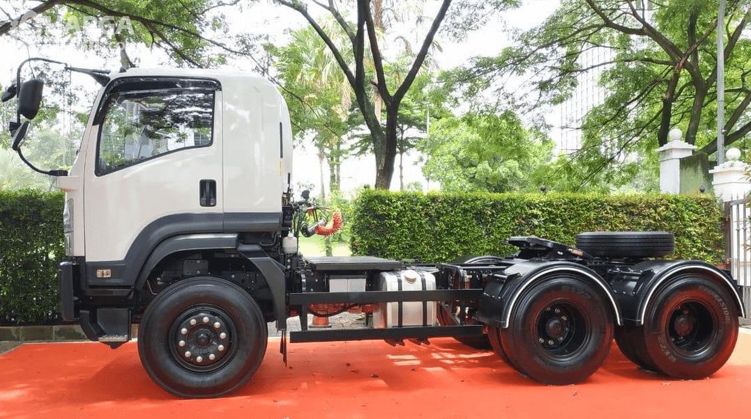 Gambar ini menunjukkan bagian samping New Isuzu Giga Tractor Head GXZ 60 K ABS 2019