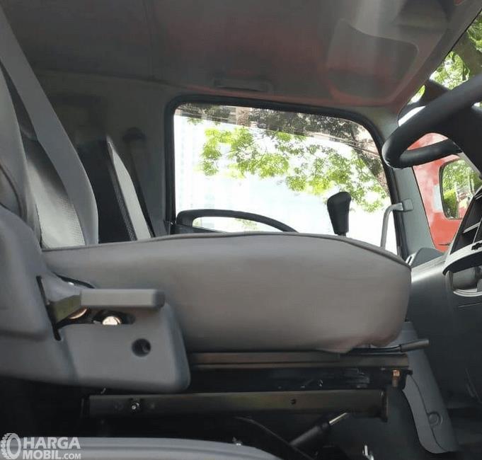 Gambar ini menunjukkan jok pengemudi mobil dangan fitur seat suspension