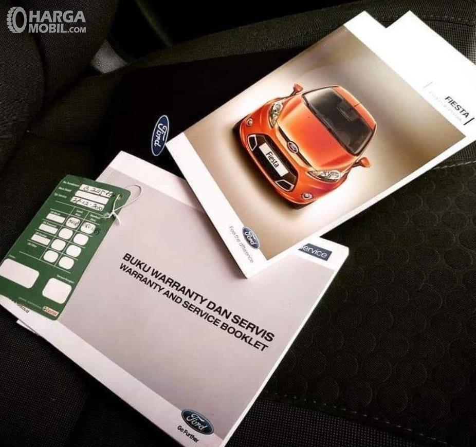 Gambar ini menunjukkan buku servis mobil Ford Fiesta