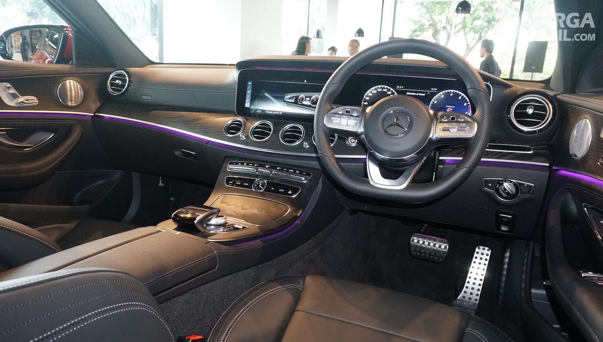 Gambar ini menunjukkan interior mobil Mercedes-Benz