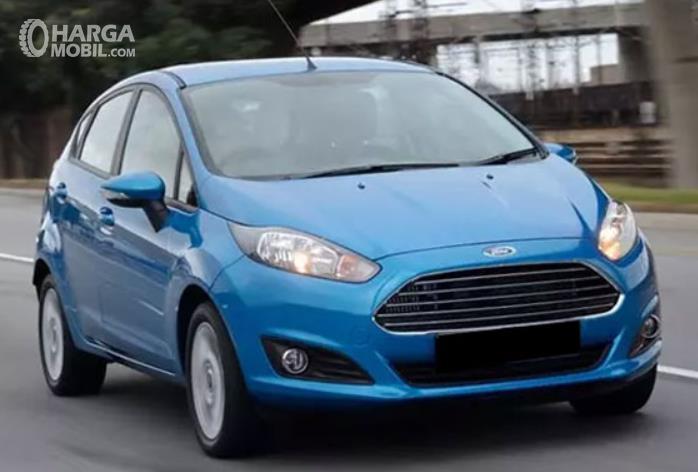 Gambar ini menunjukkan mobil Ford Fiesta tampak bagian depan