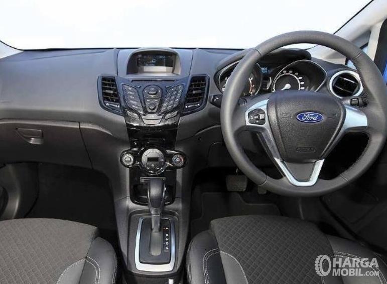 Gambar ini menunjukkan Dashboard mobil Ford Fiesta