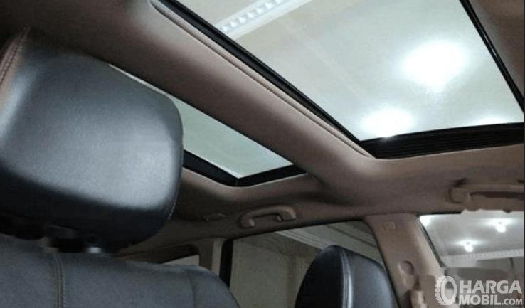 Gambar ini menunjukkan sun roof pada mobil Nissan Murano 2011