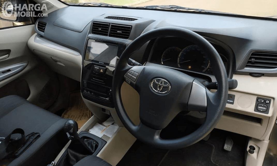 gambar ini menunjukkan interior mobil Toyota Avanza
