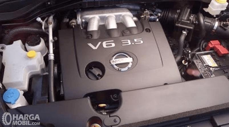Gambar ini menunjukkan mesin mobil Nissan Murano 2011