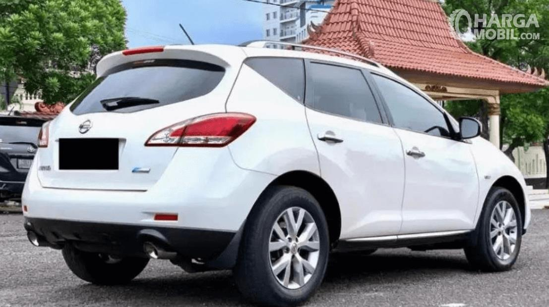Gambar ini menunjukkan mobil Nissan Murano 2011 tampak samping dan belakang