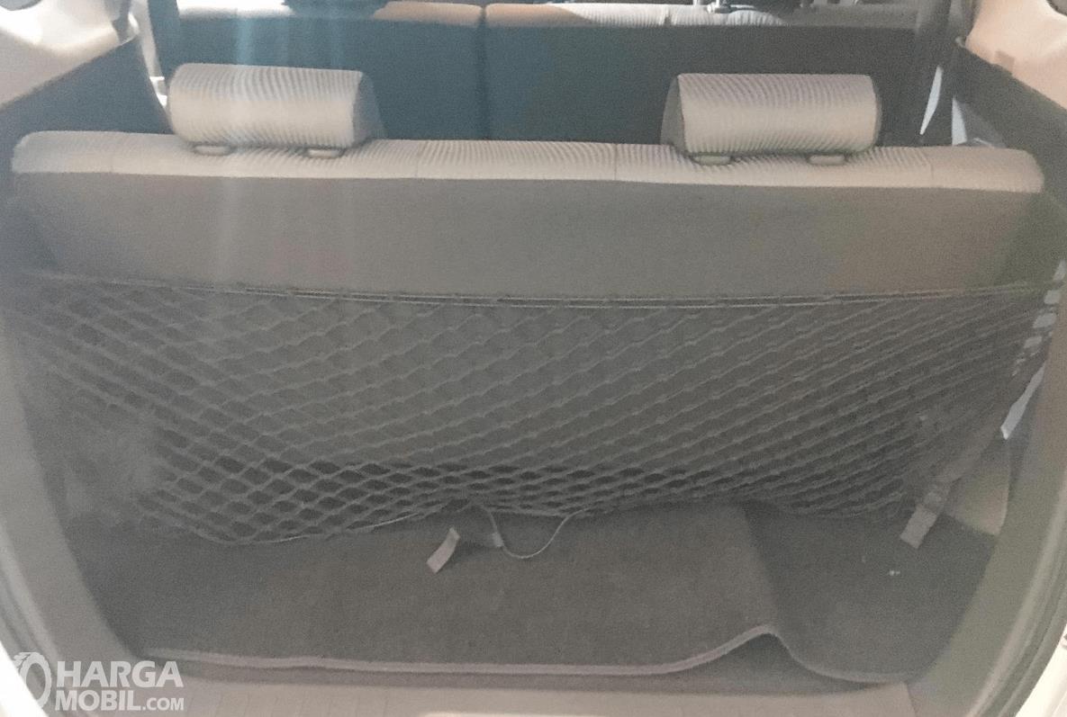 Gambar ini menunjukkan bagasi mobil Daihatsu Sigra 2019