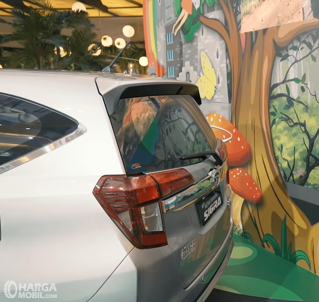Gambar ini menunjukkan bagian belakang mbil Daihatsu Sigra 2019