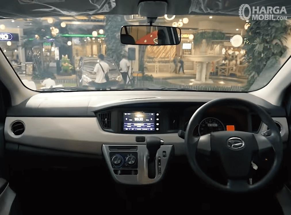 gambar ini menunjukkan dashboard dan kemudi mobil Daihatsu Sigra 2019