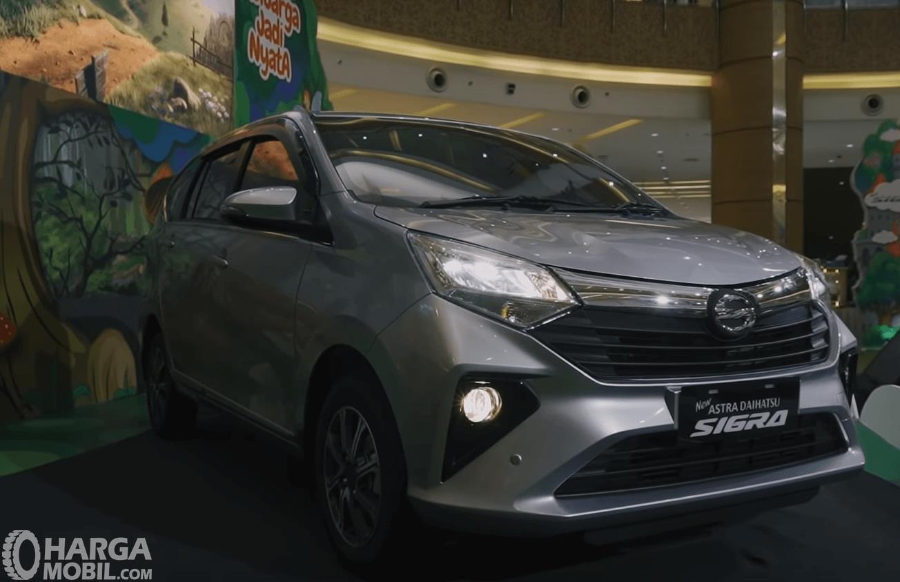 Gambar ini menunjukkan mobil Daihatsu Sigra 2019 tampak depan dan samping kanan