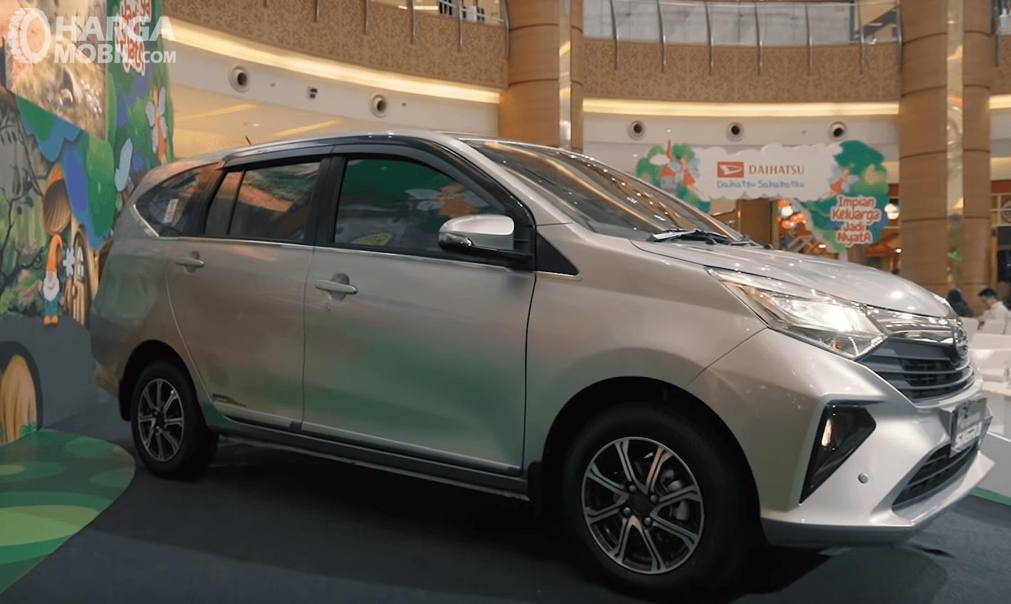 Gambar ini menunjukkan bagian samping mobil Daihatsu Sigra 2019