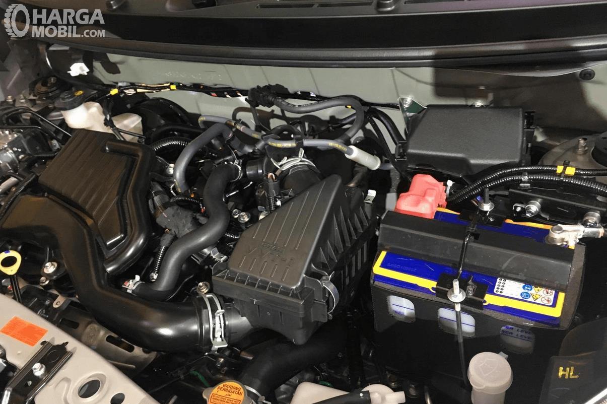 Gambar ini menunjukkan mesin mobil Daihatsu Sigra 2019