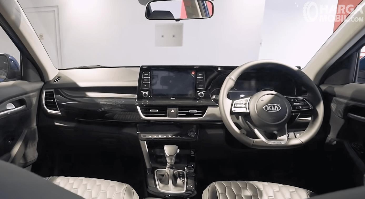Gambar ini menunjukkan dashboard dan kemudi mobil KIA Seltos 1.4L EXP 2020