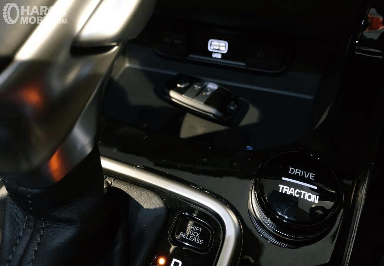 Gambar ini menunjukkan tuas transmisi dan mode berkendara