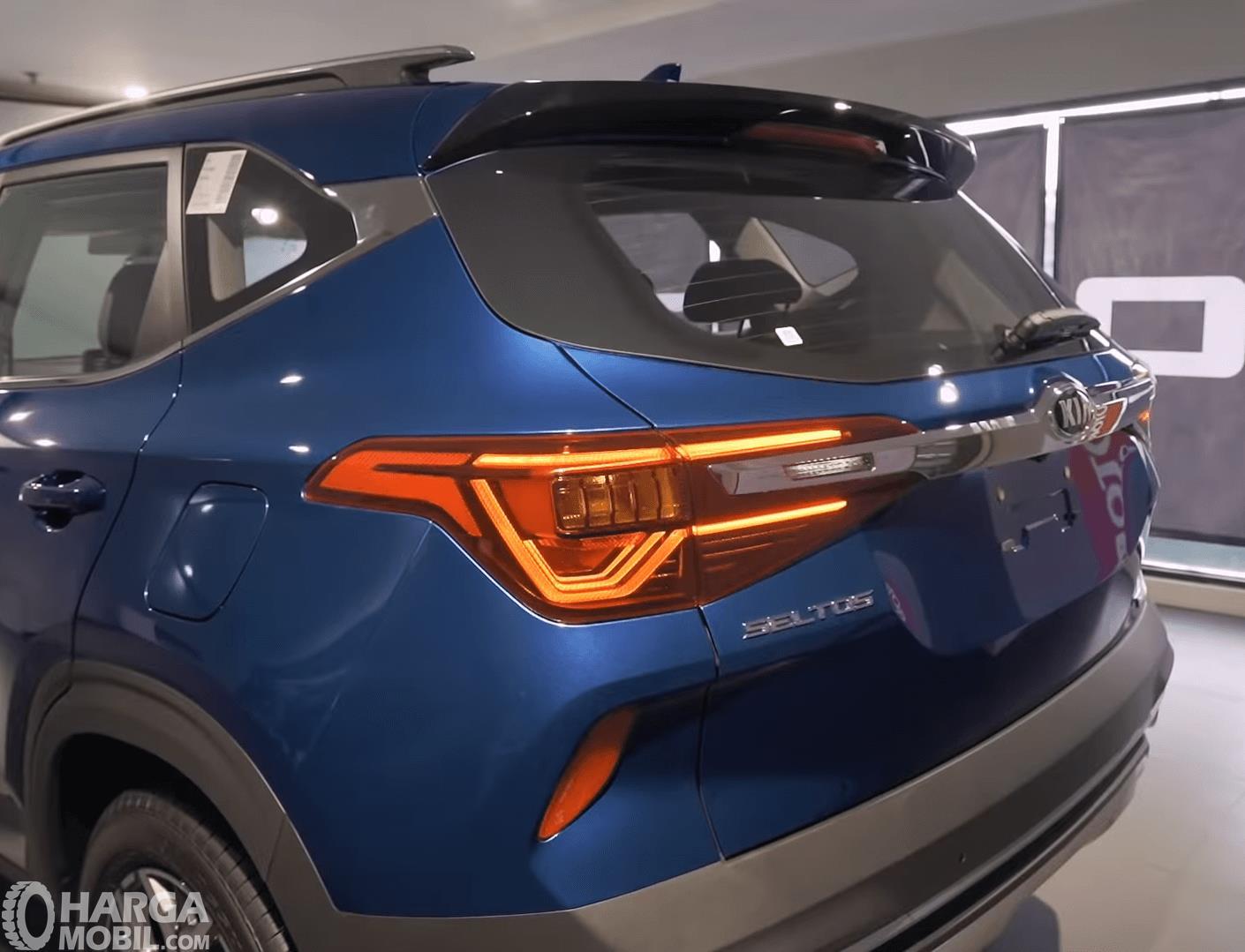 Gambar ini menunjukkan bagian belakang mobil KIA Seltos 1.4L EXP 2020