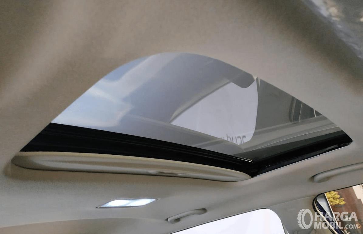 Gambar ini menunjukkan fitur sun roof pada mobil KIA Seltos 1.4L EXP 2020