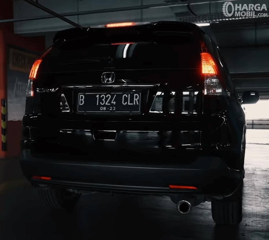 Gambar ini menunjukkan bagian belakang mobil Honda CR-V 2.4 Prestige 2013