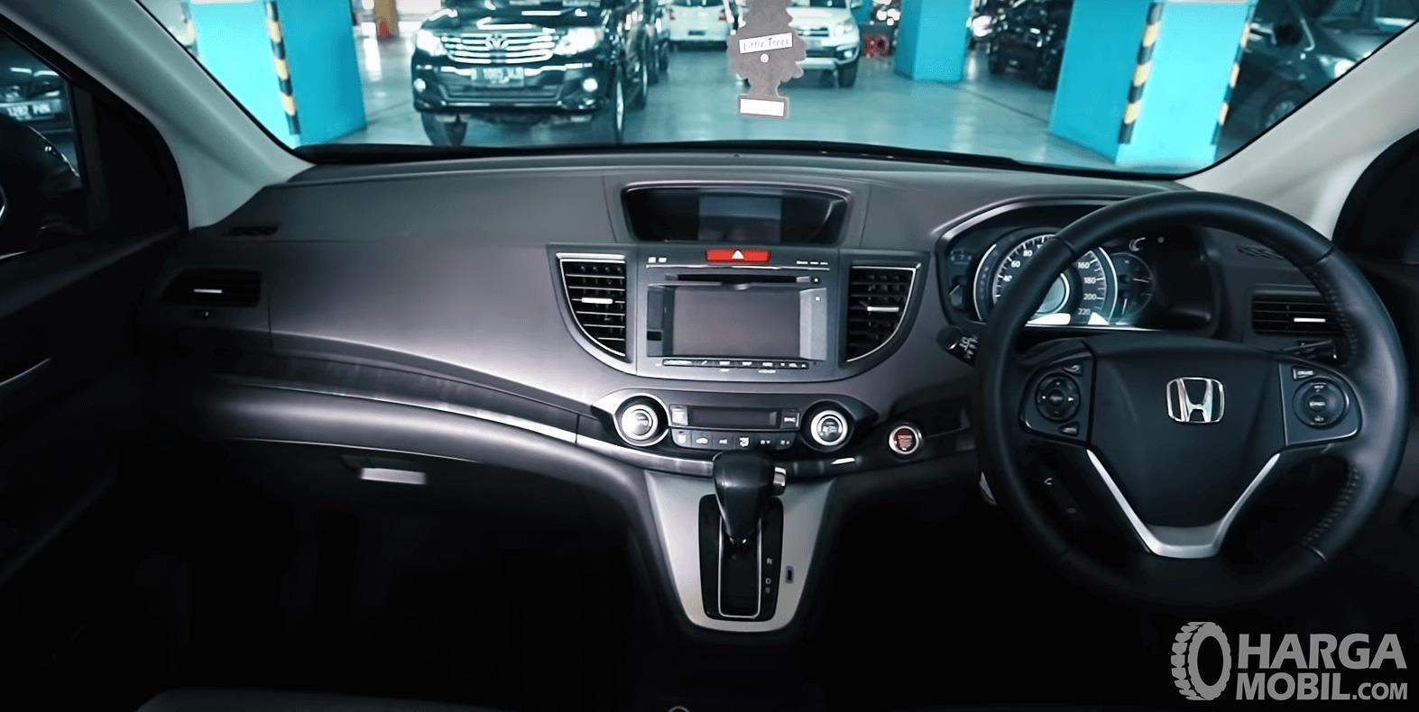 Gambar ini menunjukkan dashboard dan kemudi mobil Honda CR-V 2.4 Prestige 2013