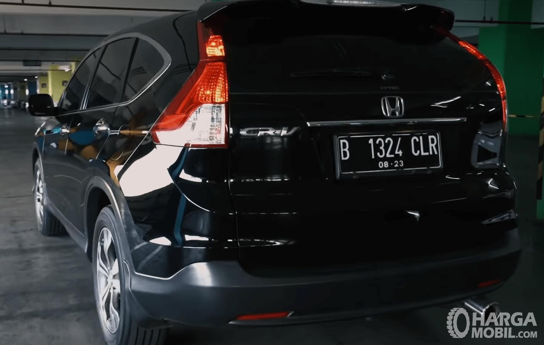 Gambar ini menunjukkan bagian belakang dan samping kiri Honda CR-V 2.4 Prestige 2013