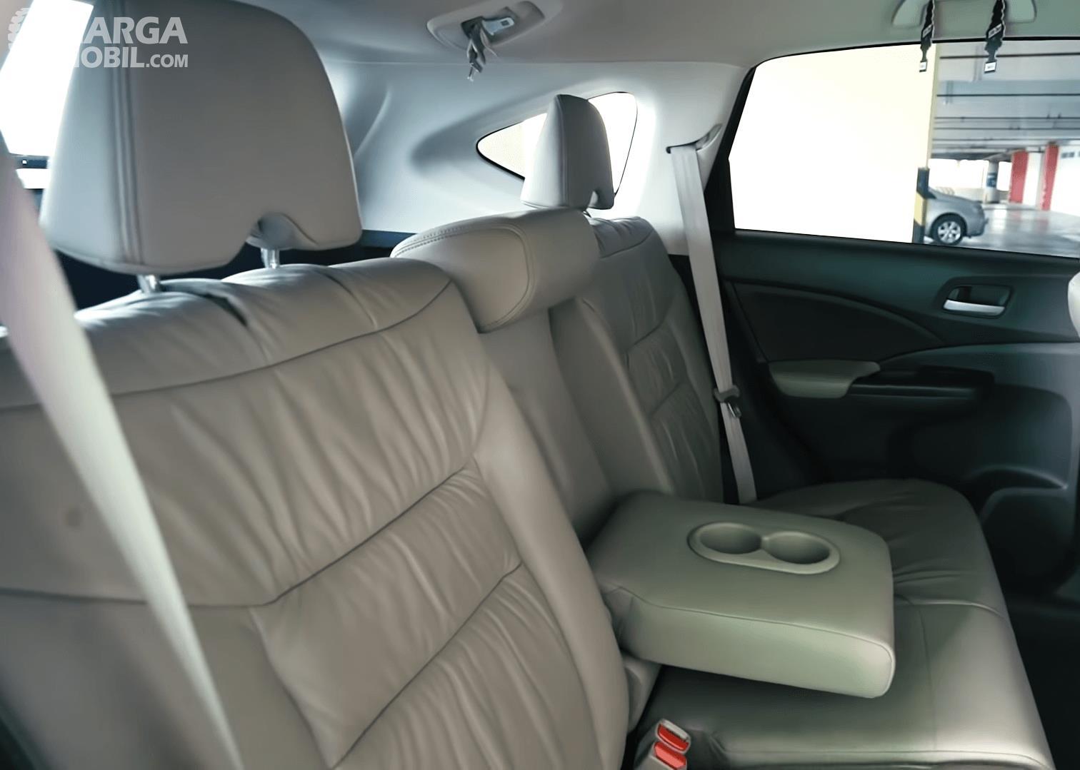 Gambar ini menunjukkan jok belakang mobil Honda CR-V 2.4 Prestige 2013