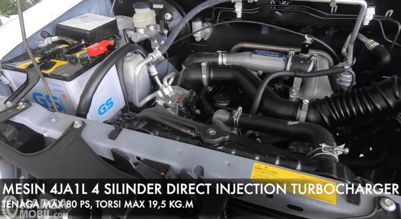 Gambar ini menunjukkan mesin mobil Isuzu Panther Grand Touring 2019