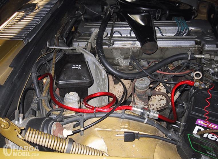 gambar ini menunjukkan kabel dan beberapa komponen pada mesin mobil