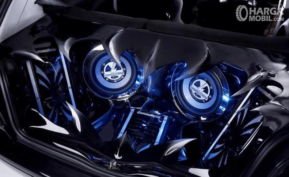 Gambar ini menunjukkan modifikasi audio mobil dengan menggunakan warna biru