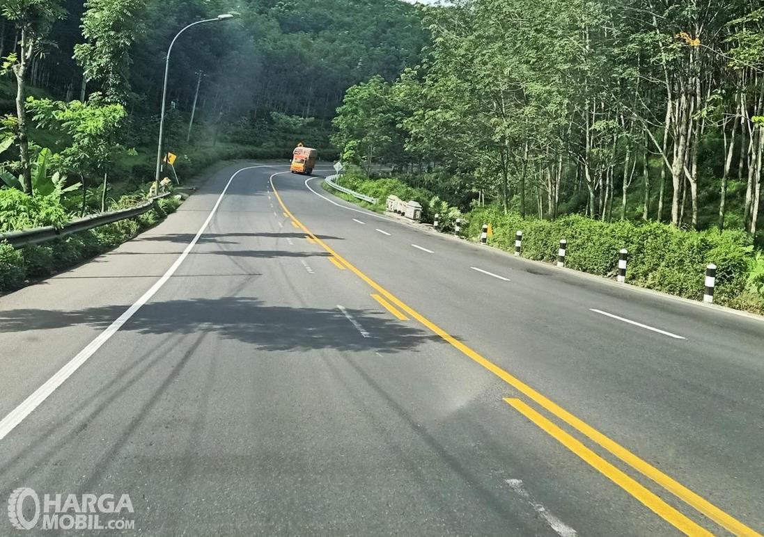 Gambar ini menunjukkan jalanan dengan marka tengah utuh dan putus-putus