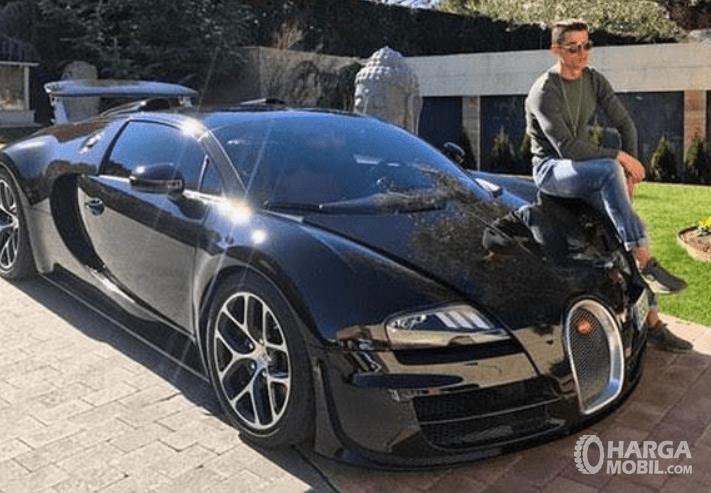 Gambar ini menunjukkan Cristiano Ronaldo duduk di mobil