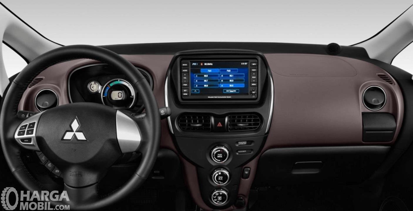 Gambar ini menunjukkan bagian dashboard mobil Mitsubishi i-MiEV 2010